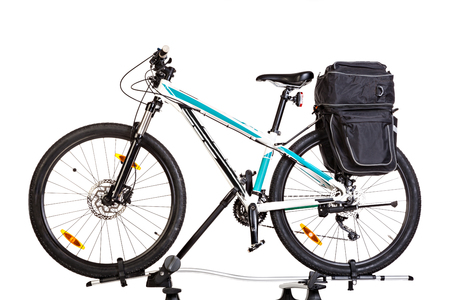 Mountain bike con bisacce, isolato su sfondo bianco. Studio girato