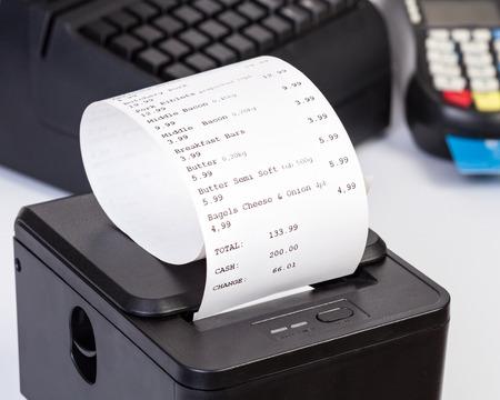 Impresora de recibos con la cuenta de compras de papel. Foto de archivo - 57653613