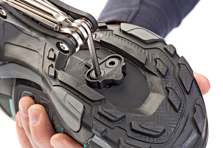 clasp feet: Process of the Installation clipless pedal to the cycling shoes.