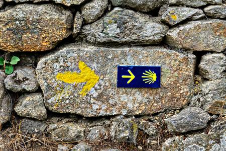 Znak powłoki i strzałka starożytnych szlaków pielgrzymkowych Droga Świętego Jakuba (El Camino de Santiago). Zdjęcie Seryjne