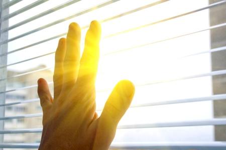 sipario chiuso: Mano umana tocca alla finestra