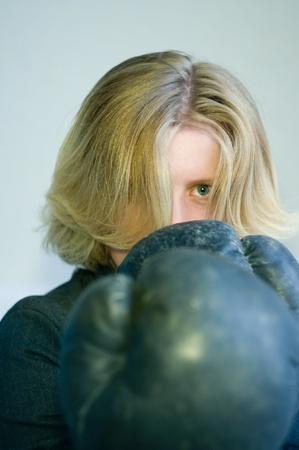 venganza: Retrato de una niña con guantes de boxeo Foto de archivo