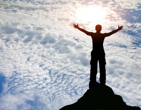resistencia: silueta del hombre en la puesta de sol en la monta�a