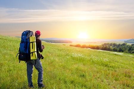 mochila viaje: El hombre tur�stica en las monta�as. Actividad de ocio.