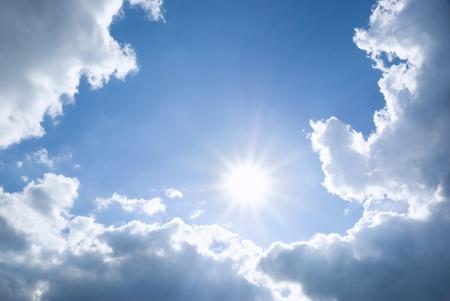 blu cielo è coperto da nuvole bianche Archivio Fotografico
