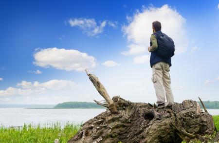 horizonte: El turista que busca en una distancia en el lago