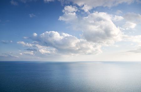wolkenhimmel: Blauer Himmel mit Wolken über Meer