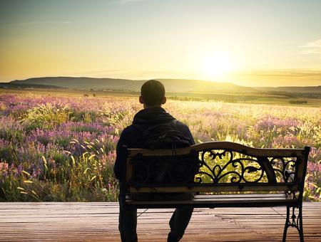 減少に孤独な男が座っています。創造的な屋外の写真。 写真素材