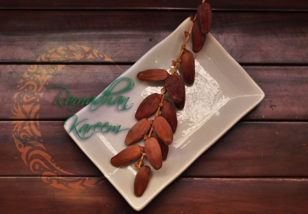 Fecha de dulce con el texto en pantalla la placa blanca en la mesa de madera Foto de archivo
