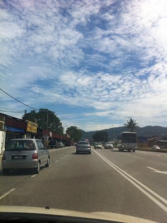 El cielo y las nubes de color azul.