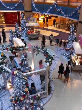 Feliz �rbol de navidad centro comercial cubierto.