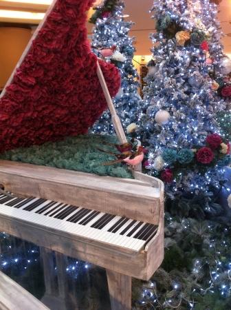 Feliz interior del centro comercial de Navidad.