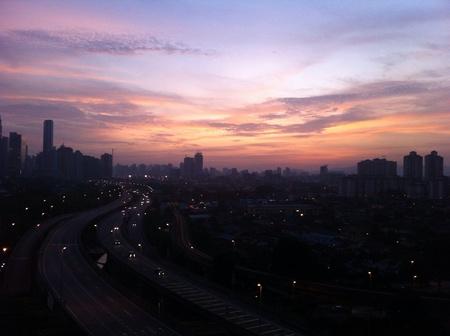 Puesta del sol con vista del paisaje urbano.