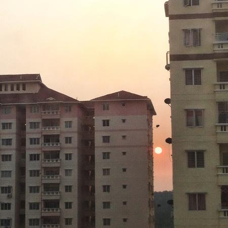 Puesta de sol de fondo y apartamentos. Foto de archivo