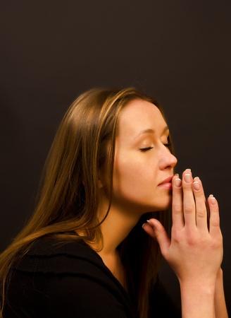 mujer arrodillada: mujer que ora