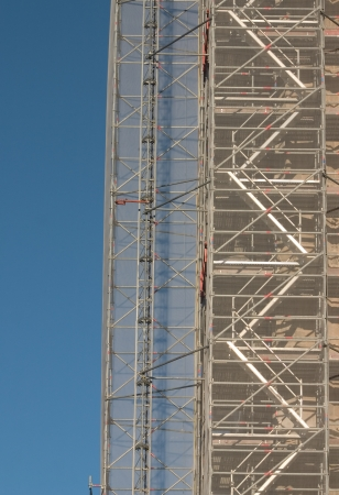 andamios: un andamio grande en un gran cielo azul Foto de archivo