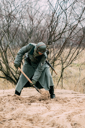 The soldier of Germany digs the earth