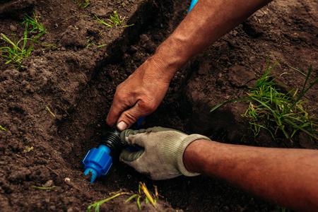 Leidingen voor het besproeien van de tuin in de grond