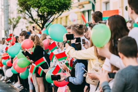 Gomel, Bielorrusia - 9 de mayo de 2018: Personas con banderas bielorrusas se regocijan en vacaciones - Día de la victoria en Gomel