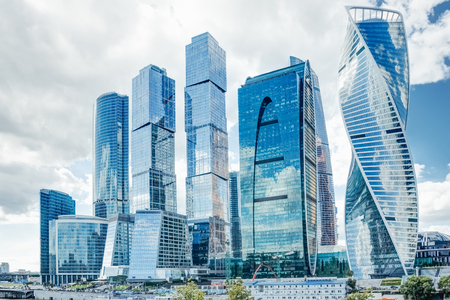 여름 흐린 하늘을 배경으로 고층 빌딩이 있는 모스크바 시내 쇼핑 비즈니스 센터