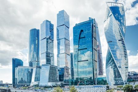 Winkelcentrum in de stad van wolkenkrabbers in Moskou tegen de achtergrond van een zomerse bewolkte hemel