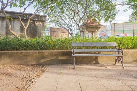 banc de parc: Bois banc de parc au parc Banque d'images