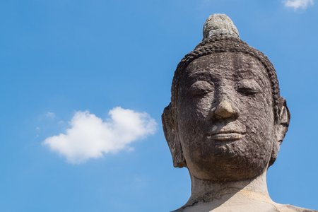 phra nakhon si ayutthaya: Close up of Buddha head with blue sky in Wat Mahathat, the historical Park of Ayutthaya, Phra Nakhon Si Ayutthaya, Thailand