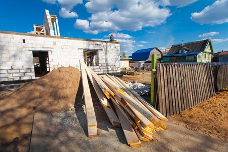 materiales de construccion: El edificio está en construcción y los materiales para la construcción