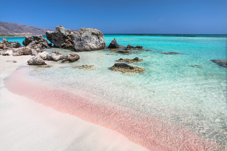 Coast of Crete island in Greece. Pink sand beach of famous Elafonisi (or Elafonissi). 스톡 콘텐츠