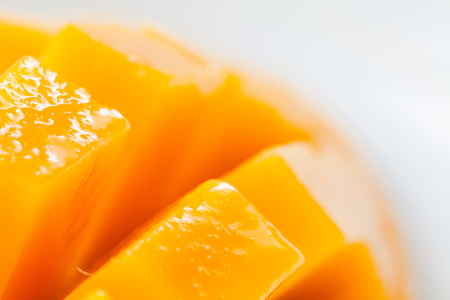 Close up rip mango slice cubes cut 스톡 콘텐츠