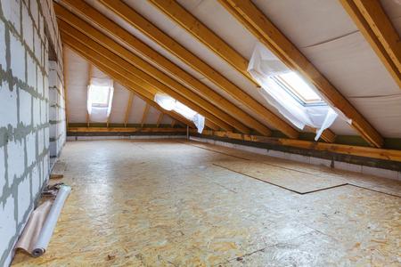Interieur van appartement tijdens op de verbouwing, renovatie, uitbreiding, restauratie, wederopbouw en bouw.