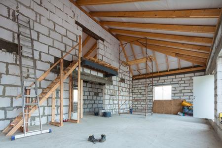 Leiter, Teile von Gerüsten und Baumaterialien auf dem Boden während des Umbaus, der Renovierung, des Ausbaus, der Restaurierung, des Wiederaufbaus und der Konstruktion