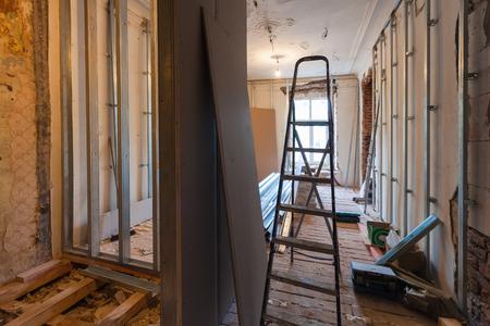 Interieur van upgrade appartement met materialen tijdens op de verbouwing, renovatie, uitbreiding, restauratie, wederopbouw en bouw. (muur maken van gipsplaat)