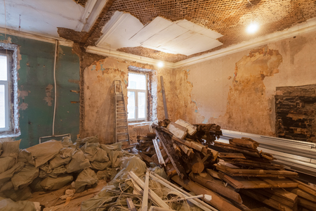 Demontage van het interieur van het appartement vóór upgrade of verbouwing, renovatie, uitbreiding, restauratie, wederopbouw en constructie. (zakken met bouwafval en afval). Stockfoto