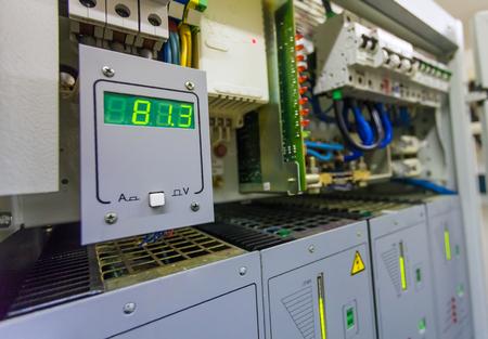 Technische Anzeige auf dem Bedienfeld mit elektrischen Geräten und Lichtbildschirm mit der Leistung des Stromnetzes der Gleichspannung mit elektrischen Schutzschaltern für Kommunikationsgeräte.