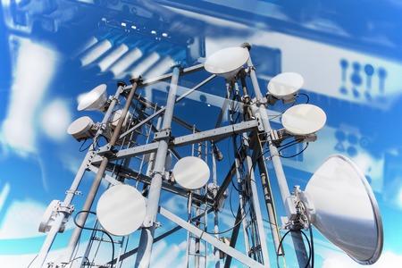 Collage van internet, communicatie en netwerkconcept met foto's van gegevensoverdracht door optische vezelinformatietechnologie. op de apparatuur en telecommunicatietoren met microgolfantennes en schotelantennes met kabels en glasvezel.