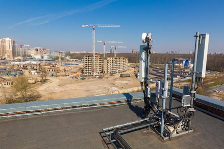 Las antenas de panel de las bandas GSM DCS UMTS LTE y la unidad de radio forman parte del equipo de comunicación de la estación básica y se instalan en el techo que se encuentra cerca del sitio de construcción.