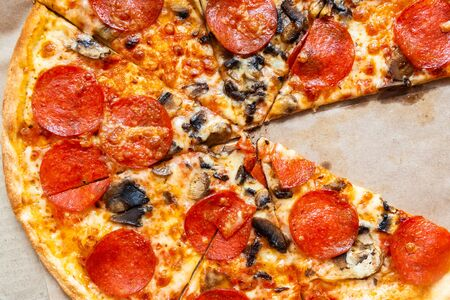 Slices Pizza pepperoni with tomatoes and mushrooms 写真素材 - 137151992