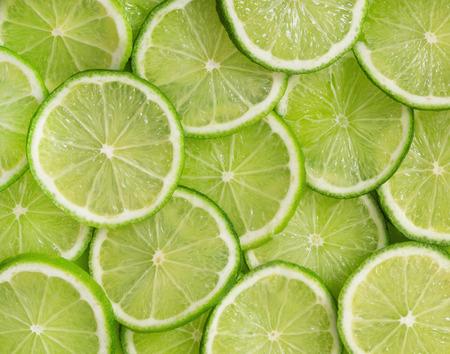 라임 조각의 감귤 류의 과일 녹색 배경 스톡 콘텐츠