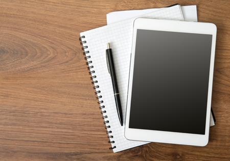 机の上の空のタブレット