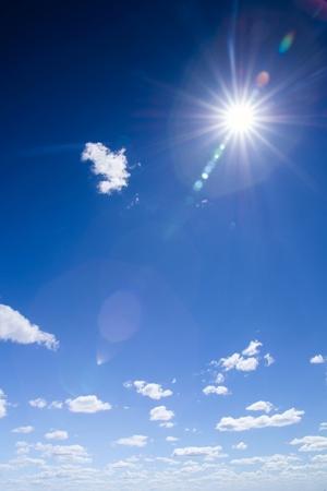 푸른 하늘에 구름과 태양