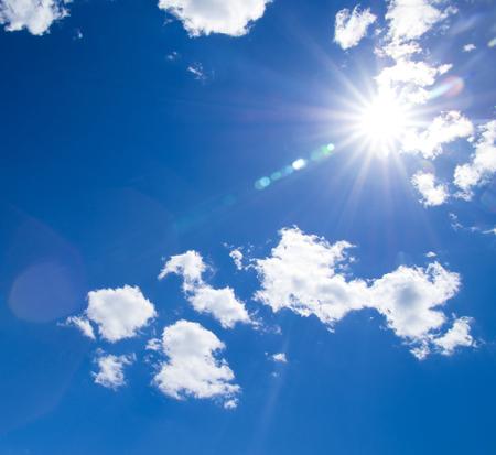 Blauer Himmel mit Wolken und Sonne Standard-Bild - 32463425