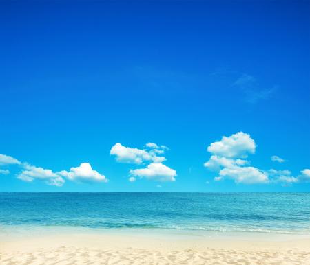 the sky clear: hermosa playa y el mar tropical Foto de archivo
