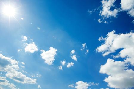 Helle Sonne und blauer Himmel Standard-Bild - 34221242