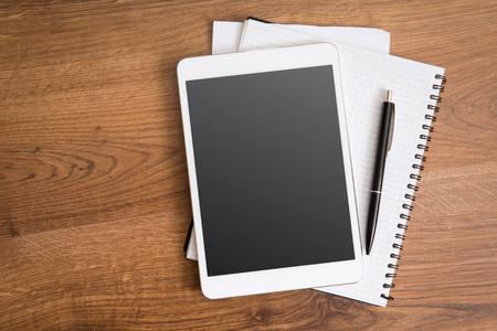 Leere Tablette auf dem Schreibtisch Standard-Bild - 34364552