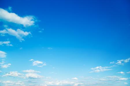 modrý: bílé nadýchané mraky na modré obloze