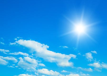 Blauer Himmel mit Wolken und Sonne. Standard-Bild - 45296559