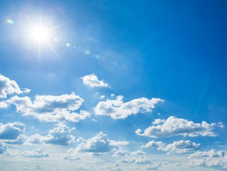 Blauer Himmel mit Wolken und Sonne Standard-Bild - 45541108