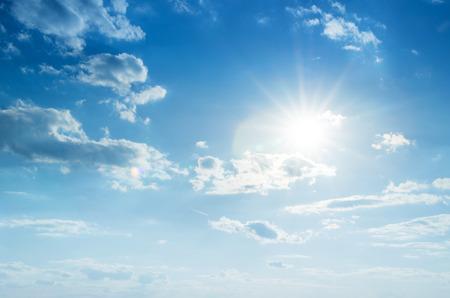 Blauer Himmel mit Wolken und Sonne. Standard-Bild - 45499819