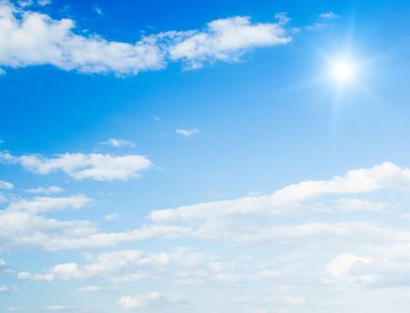 Blauer Himmel mit Wolken und Sonne. Standard-Bild - 45813663